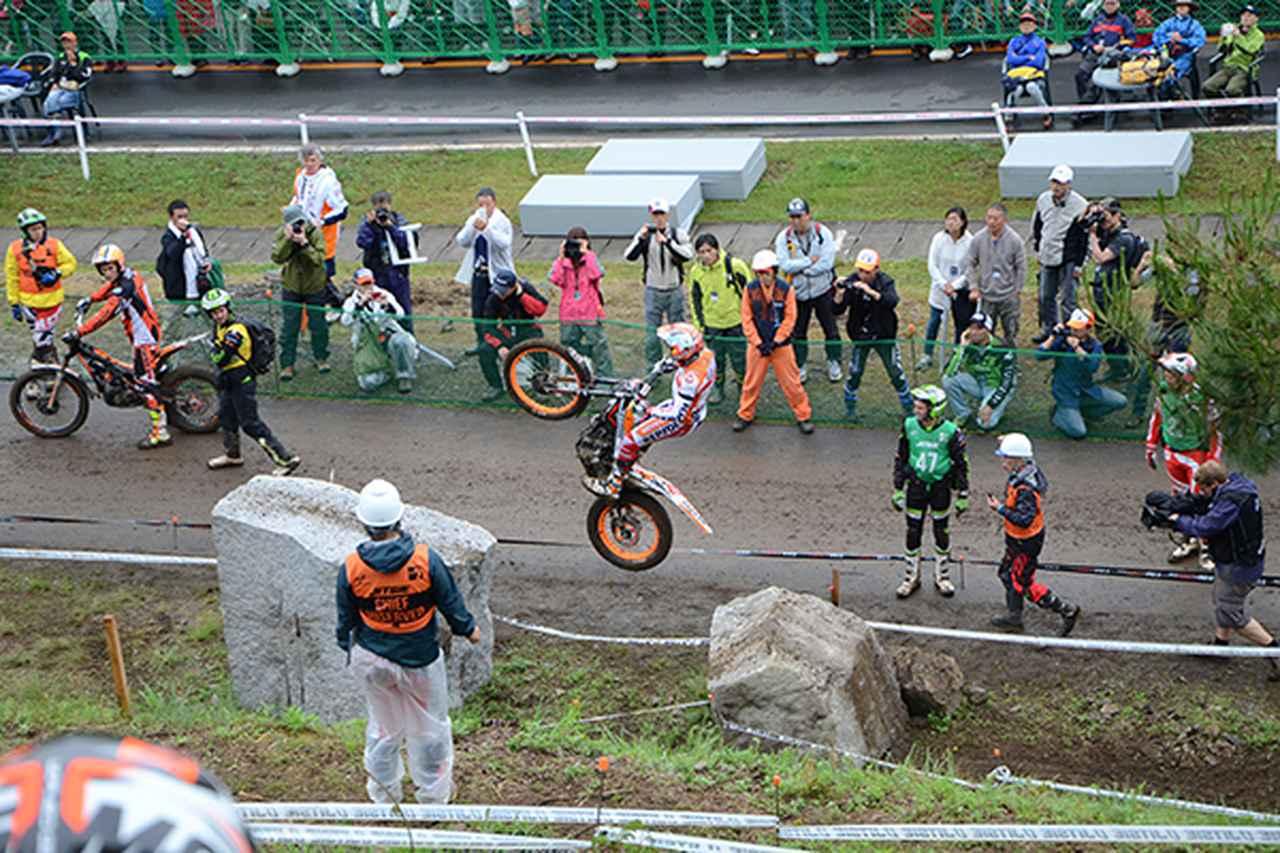 画像: 岩から岩へバイクで飛び移る場面も