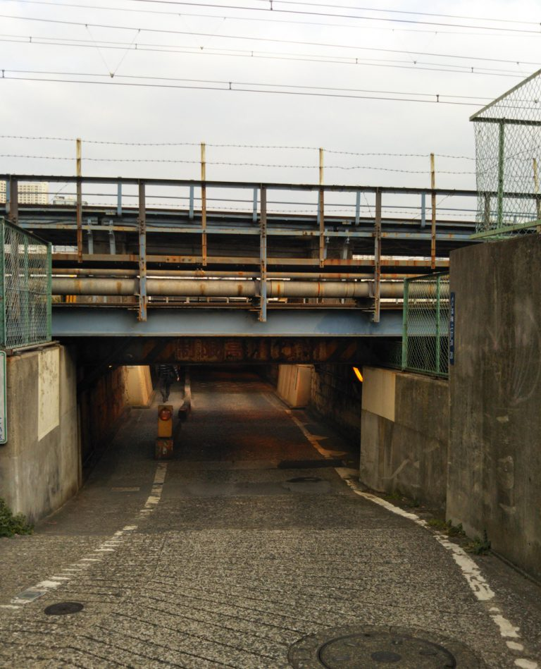 画像: 高さ1.5mのガード。高輪橋架道橋という名称だそう。