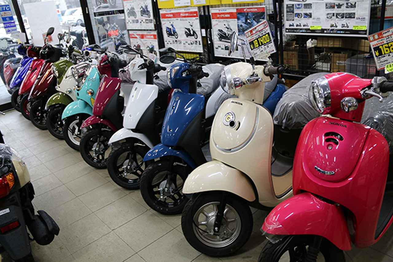 画像: 主力の50ccモデルが並ぶ店内