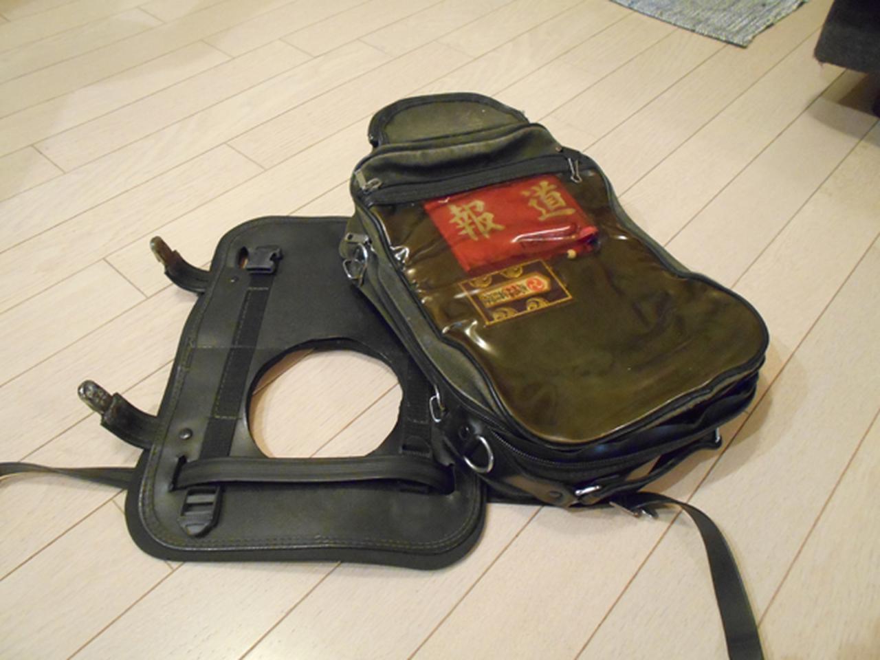 画像: 当時使っていた先輩からもらったタンクバッグ。台座の部分が丸くくりぬいてあって、バッグを片側だけはずせばタンクキャップを開けて給油ができた。この台座とバッグの間に平たく畳んだカッパを装着。畳み方は先輩の直伝だった。
