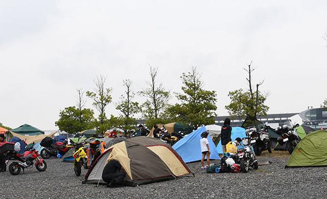 画像: 土曜日の午前中にはテントもあちこち張られていた