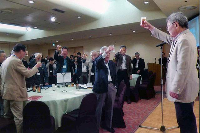 画像: 出席者全員で乾杯。発声は渡部達也氏