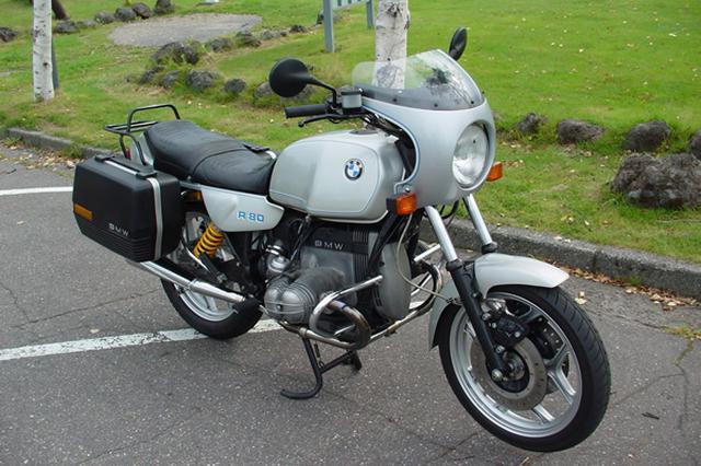 画像: 磨きこまれた「BMW R80」はオーリンズのサスペンションで峠も楽しい。バックミラーはショートタイプのGS用、ブレーキホースはステンメッシュに交換。