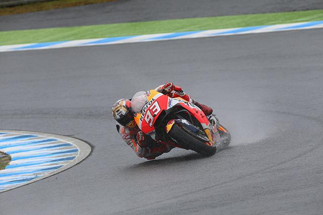 画像: 日本GPでのマルケス選手の走り。雨でもこのバンク角。肘もつきそうであります