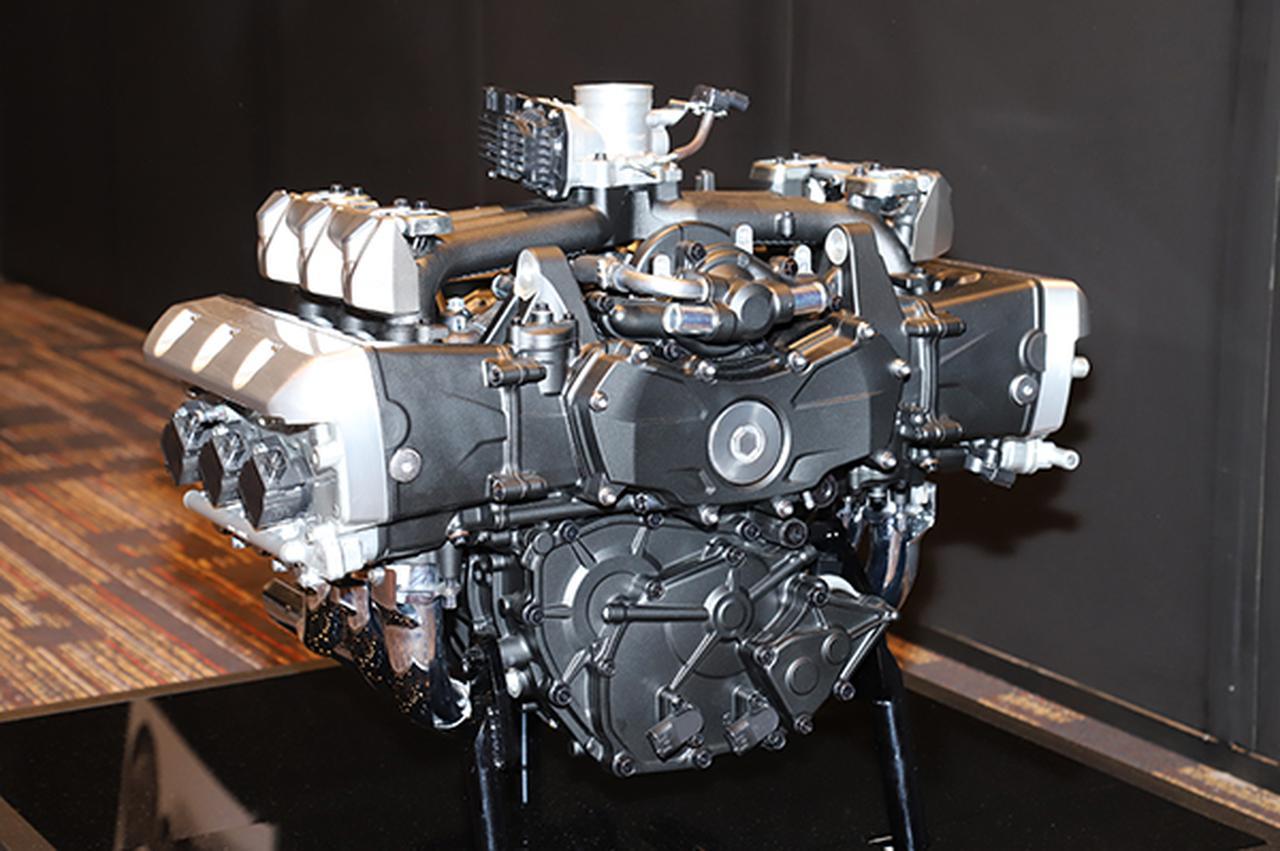 画像: 最大の特徴ともいえる水平対向6気筒エンジンは新開発されコンパクトに。1800cc6気筒と排気量や気筒数の印象からここまで良い意味で裏切られるエンジンもあまり無いでしょう。非常に従順でどこでも扱いやすい力持ちであります。大きいくせに下のほうに低く居るのも車体の操縦安定性に貢献しております