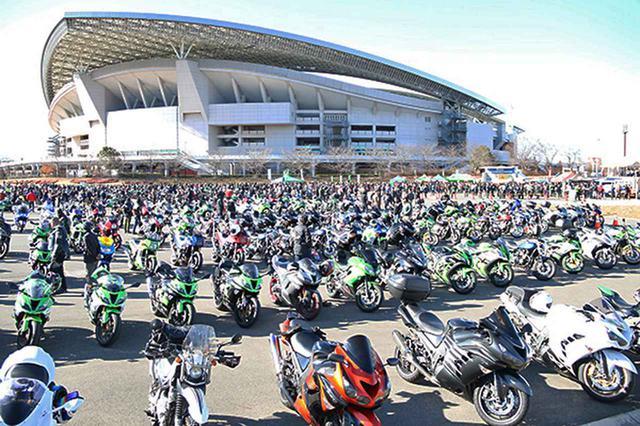 画像: スタジアムの駐車スペースにはカワサキ車がずらり