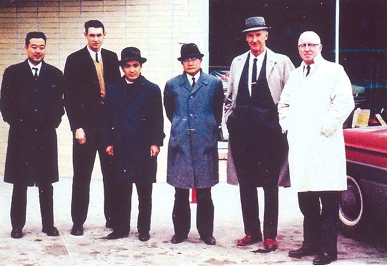 画像: 米国でカワサキ車を現地生産するため「リンカーン工場」の建設を進めた。右から3人目が、この建設を指揮した川崎航空機事業・常務取締役単車事業本部長の岩城良三氏。その左隣が同単車事業本部企画室課長の浜脇洋二氏(川崎重工業退職後にBMWジャパン社長に転じ、BMWの2・4輪販売網を全国に確立するなど大きく貢献した)。一番左はカワサキの米国現地法人・KMC市場開発担当の杉沼浩氏(川崎重工退職後にMFJに転じ長らく常務理事としてMFJの体制強化に貢献した)