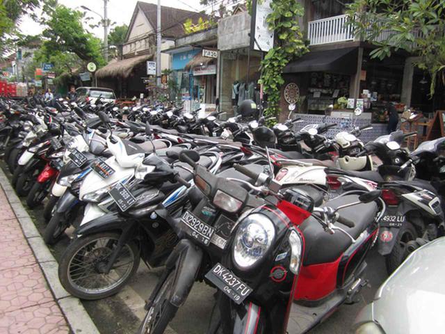 画像1: バリ島のバイク駐車事情