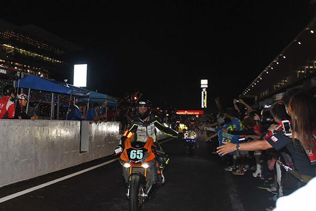 画像: ゴール後、ピットロードで大勢の観客がライダーを出迎える