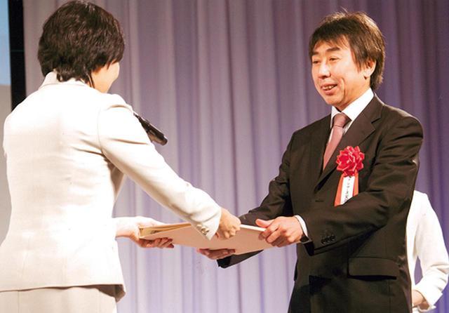 画像: 社会貢献支援財団から表彰を受ける北村氏