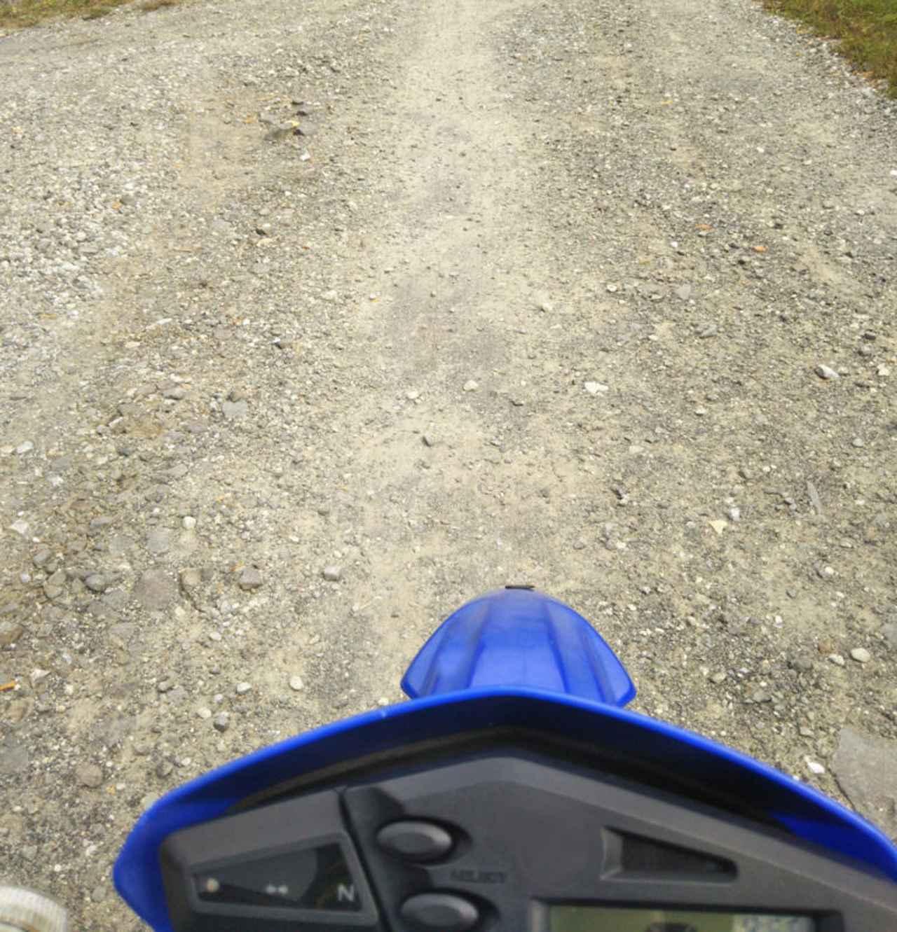画像: ブロックタイヤではないものの、砂利道もある程度走れる安心感