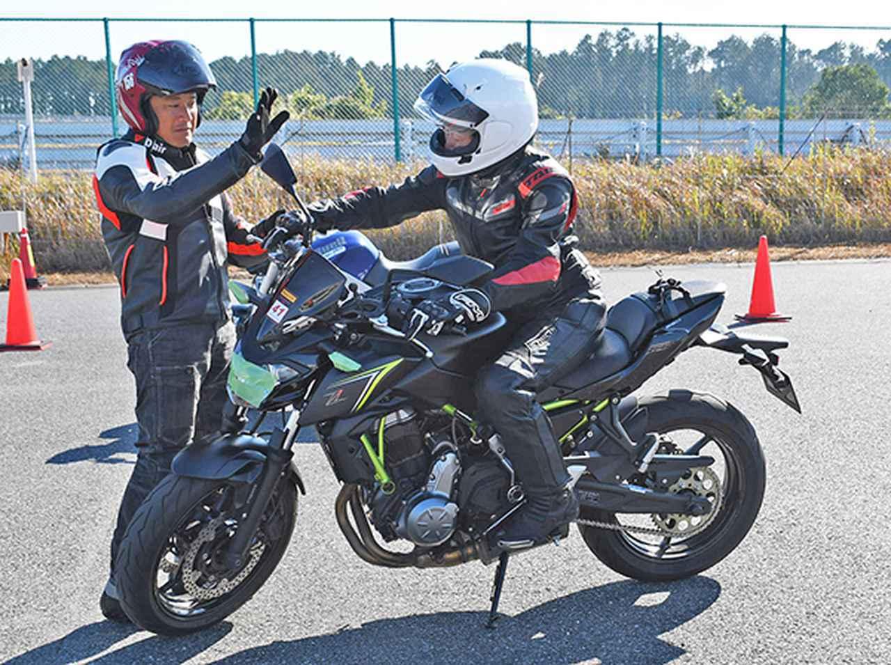 画像: 鈴木氏(左)の丁寧な指導が受けられるレッスン