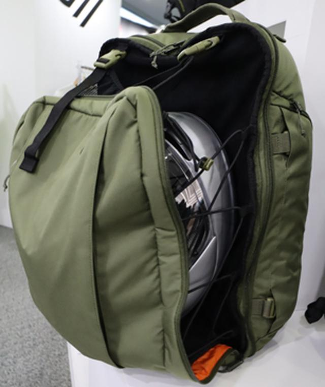 画像: ヘルメット収納機能を装備したデイパック