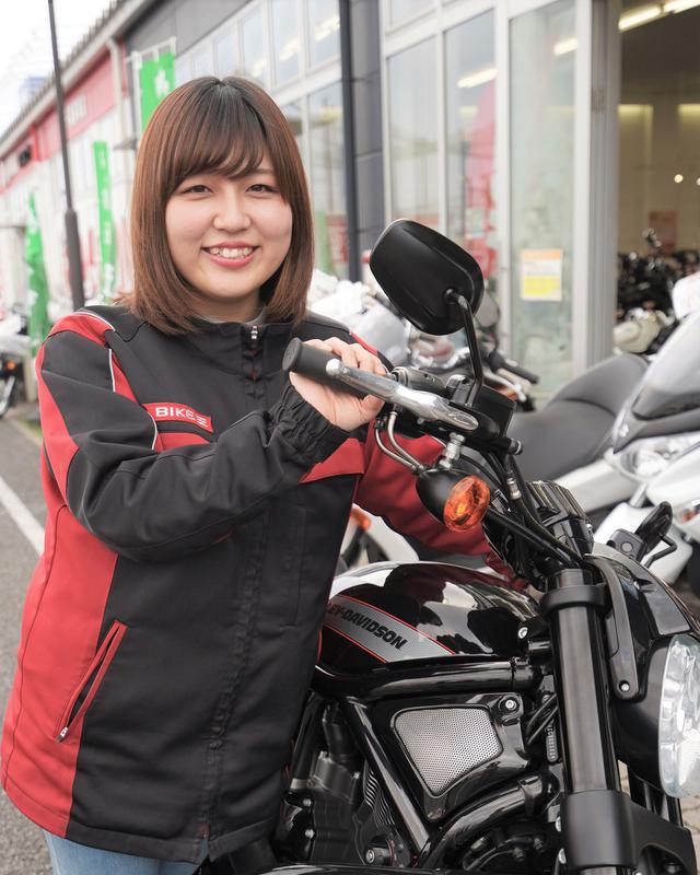 画像: 来店客に自分のバイク体験を話すという大河原さん