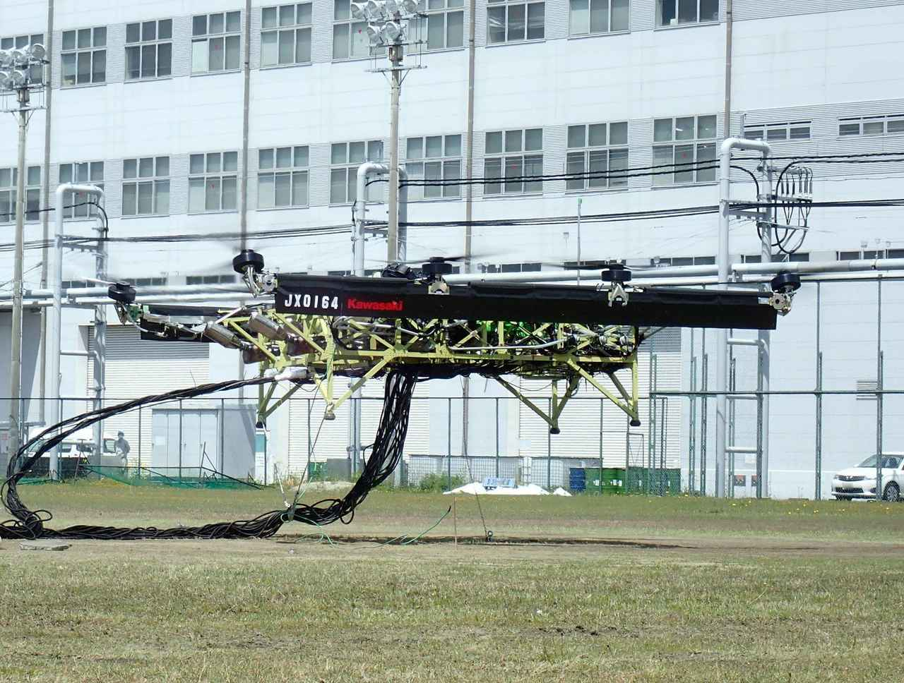 画像: 二輪車エンジンを動力源とするカワサキ製大型ハイブリッドドローンの試験機