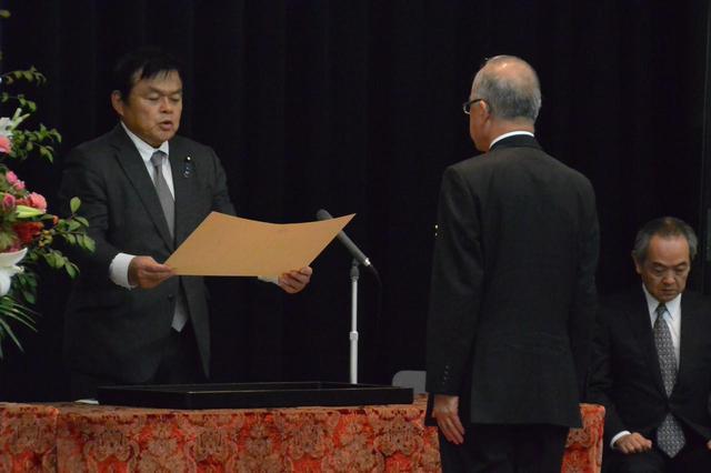 画像: 赤羽一嘉大臣㊧から大臣表彰を受ける受賞者(2019年10月31日)