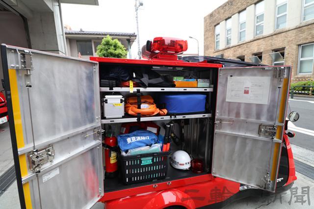 画像: 運転席側の収納庫にはPAバッグと呼ばれる救急用の資器材のほか、AEDに酸欠空気危険性ガス測定器が収まる。