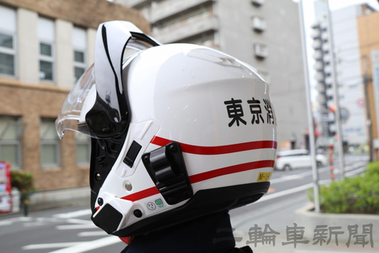 画像: ヘルメットには正面に東京消防庁の記章を表示。裏には階級を表す「線」が入る。工藤隊長のヘルメットは2本線が入る