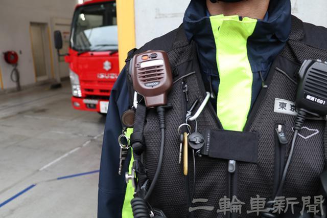 画像: 出動時は常に無線を装備しているのだが、隊長は本部との連絡用に無線機を一台、隊員との連絡用に一台の計二台を装備する。写真は隊員との連絡用無線機