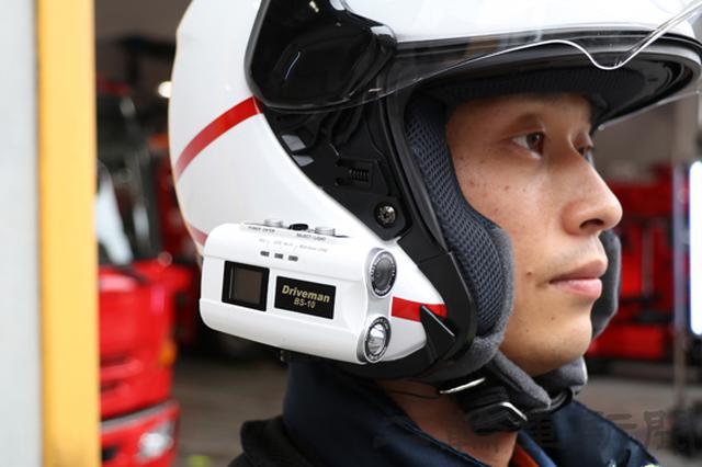 画像: ヘルメットにはドライブレコーダーを装着する。左右に機器の取り付けベースが備わるので、好みに応じて取り付けできる