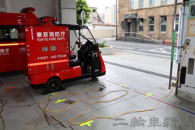 画像: 充電時の写真。車両に備わる充電ケーブルに延長ケーブルを接続して充電を行っている。