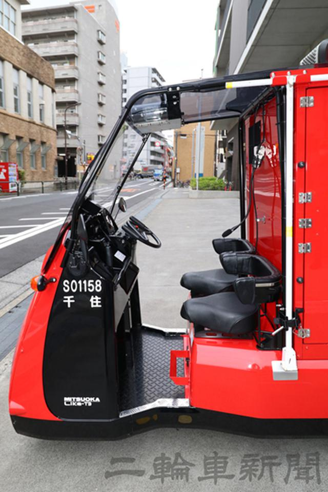 画像: 運転席、助手席のどちらからでも乗り降り可能。出動する時は一人一台で乗車するようになっている