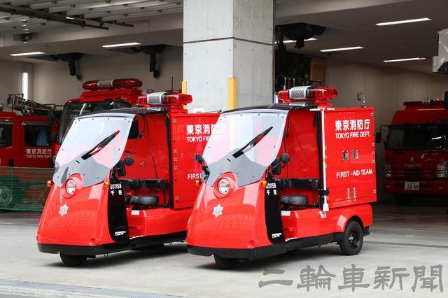 画像: ファーストエイドチームには2台が配備されており、それぞれ搭載する装備(以下・資器材)が異なっている。写真の1号車(手前)には、助手席外側に消防用の資器材を搭載していることで区別が付く。取り付けられているのは「スピンドルハンドル」と呼ばれており、火災現場近くの消火栓の元栓を開放するための装備となっている。