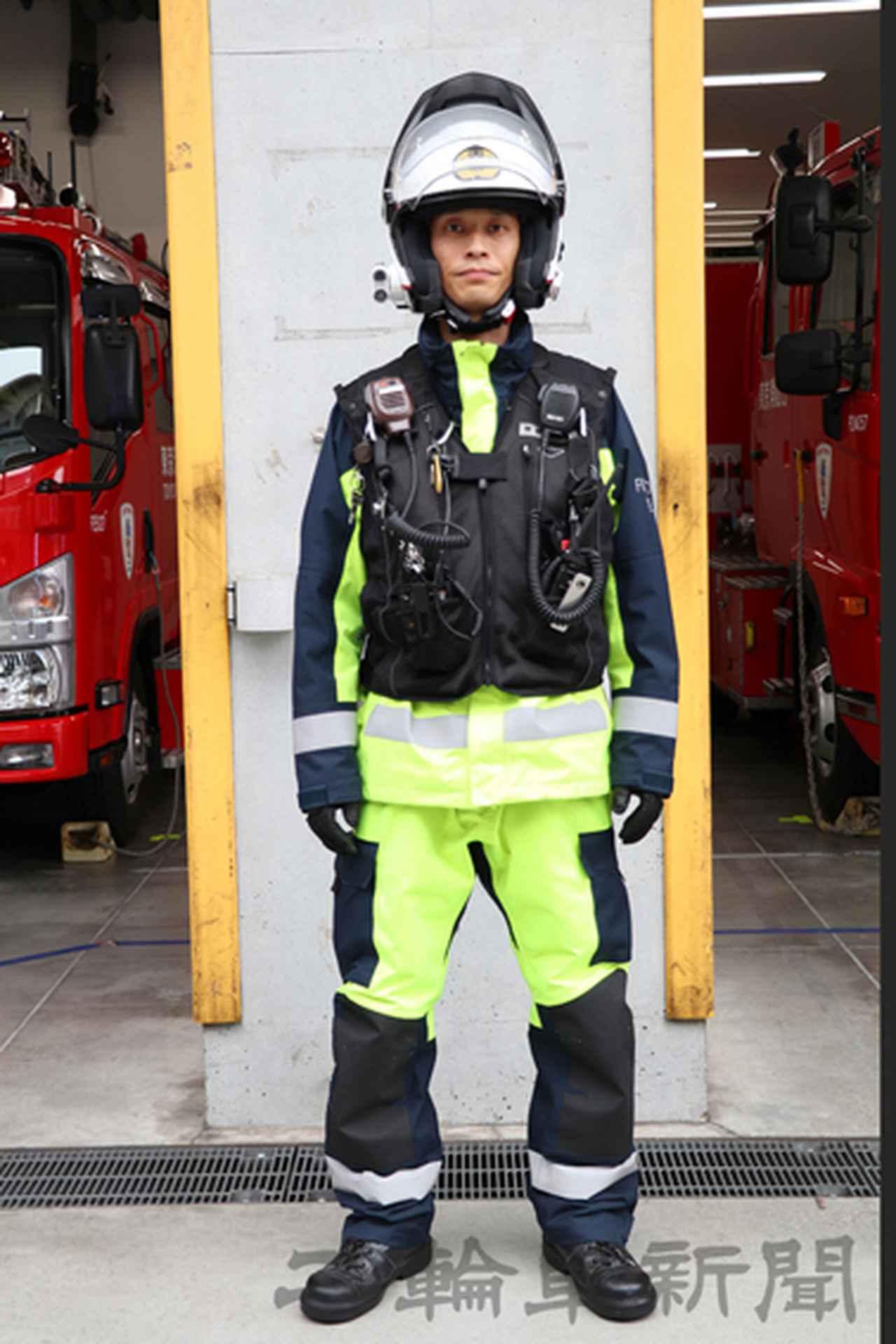 画像: 出動時のスタイル。ファーストエイドチームオリジナルの消防衣にエアバッグを内蔵したベストを装備する。二輪車ではライダーを守ってくれるおなじみの装備だが、ファーストエイドチームでも着用しているのだ
