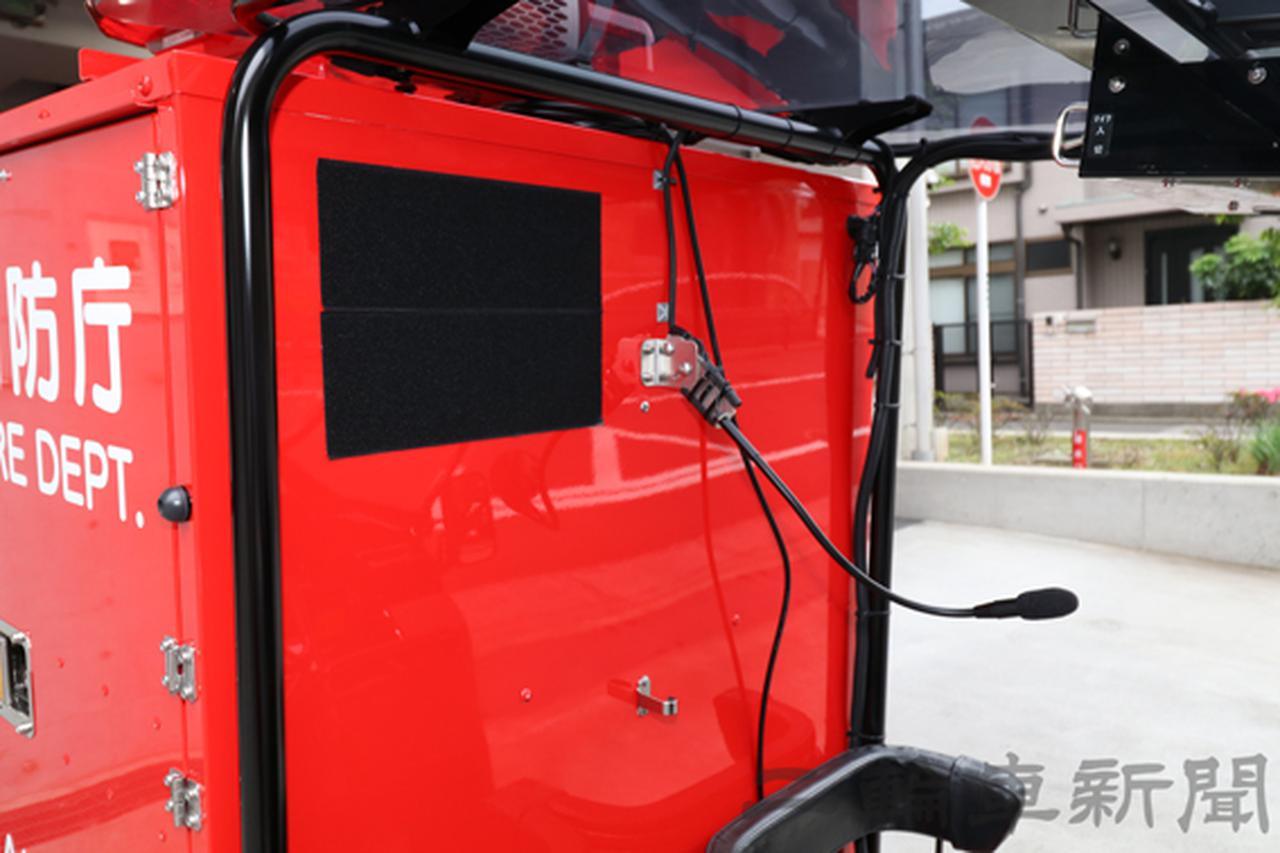 画像: 中央にあるマイクは外部スピーカー用。緊急走行時に交差点へ進入するときなど周囲を走る車両へ伝える時に使用する