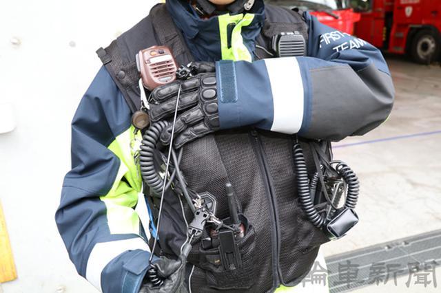 画像: 事故の衝撃で車両からライダーが離れると、ストラップが外れて首や腰、胸部を保護するエアバッグが作動する