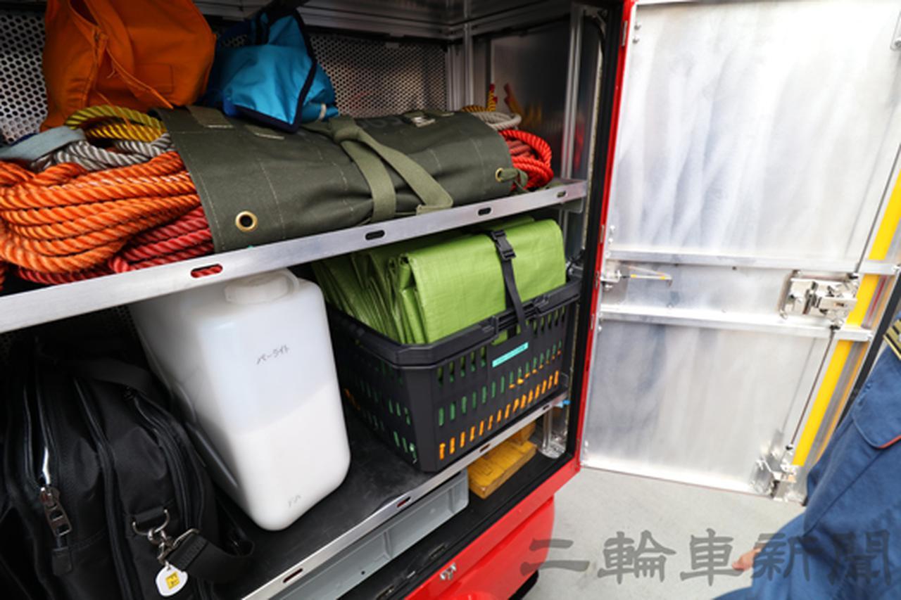 画像: 助手席側収納庫には救助用の資器材があり、上段には救助用ロープと吊り下げに使う滑車のほか、2段目には防水シートやガソリン・オイルが漏れたときの処理に使う吸着剤を収納。