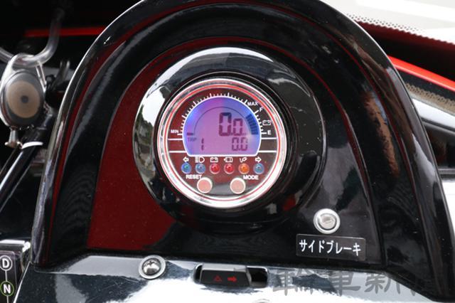 画像: メーターは速度とオド・トリップメーター、それにバッテリーの残量などを表示。ちなみに運用開始から出動回数をこなしていることもあり、バッテリーのメモリひとつあたり7㎞程度走ると認識しているという。