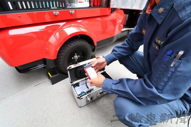 画像: 写真が酸欠空気危険性ガス測定器。水素や一酸化炭素など危険性のある気体を高度に検出する消防ならではの装備だ