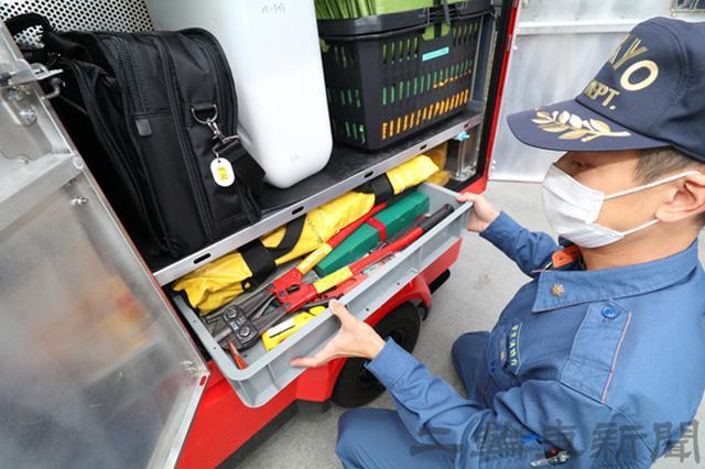 画像: 2段目左の黒いカバンは調査バッグで火災現場の現場検証などで使うカメラや書類などが入っている。最下段は救助工作に使うバールやワイヤーカッターなどだ。