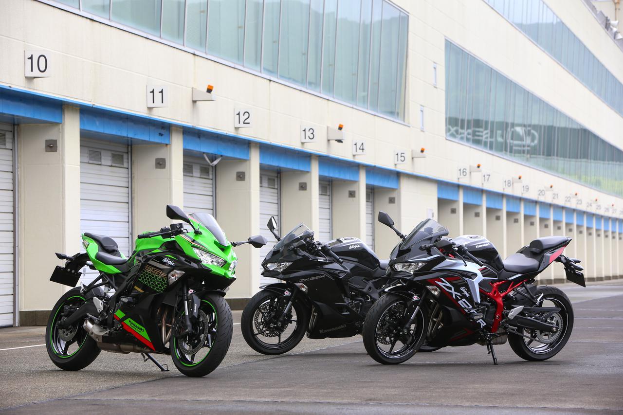 画像: 左より「Ninja ZX-25R SE KRT FDITION」(91万3000円)、「Ninja ZX-25R 」(メタリックスパークブラック、82万5000円)、「Ninja ZX-25R SE」(メタリックスパークブラック/パールフラットスターダストホワイト、91万3000円)