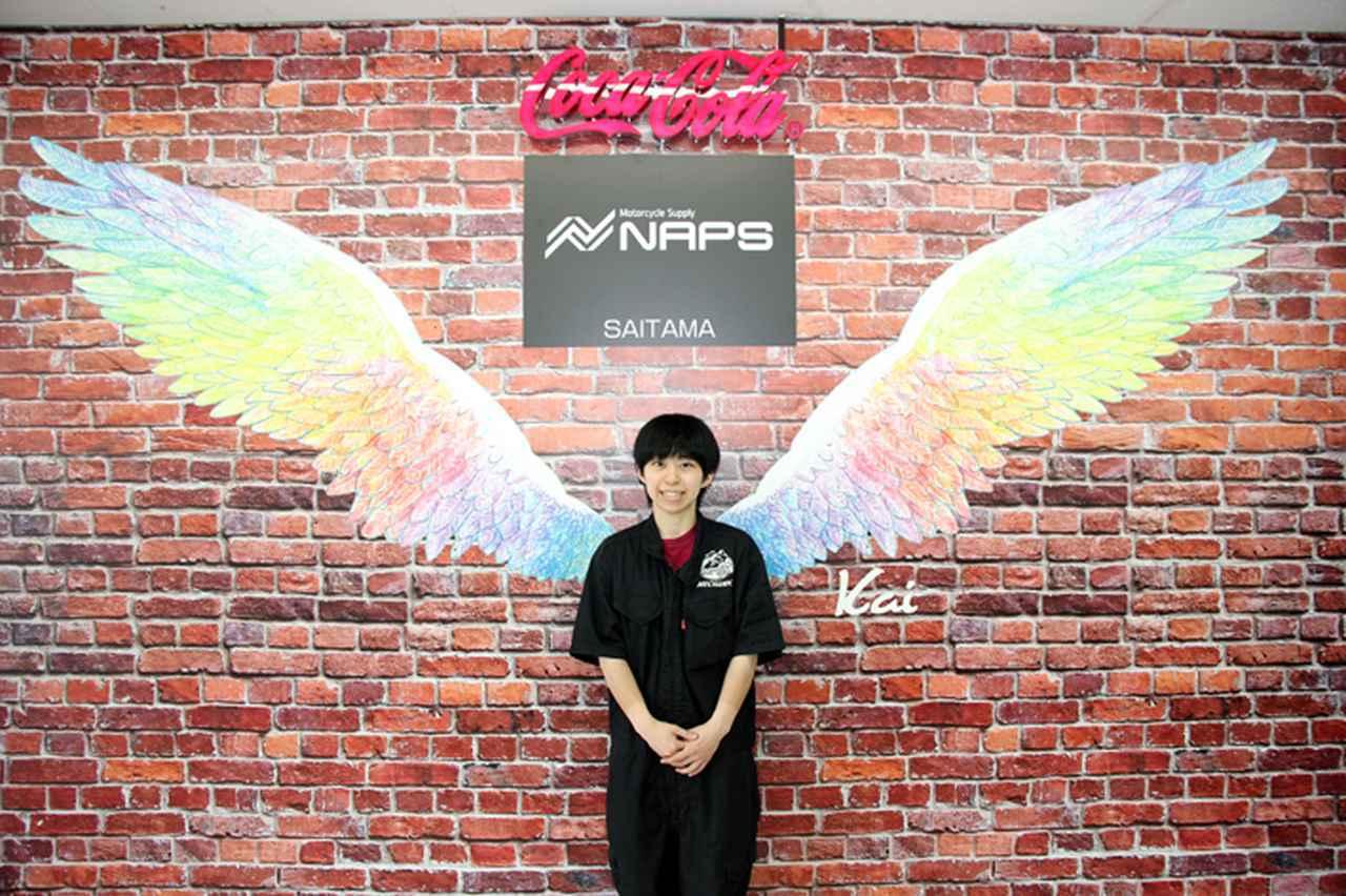 画像: 店舗駐輪場の壁には翼のイラストが描かれた、インスタ映えするスポットを用意。飲料メーカーとのコラボレーションによるものだという