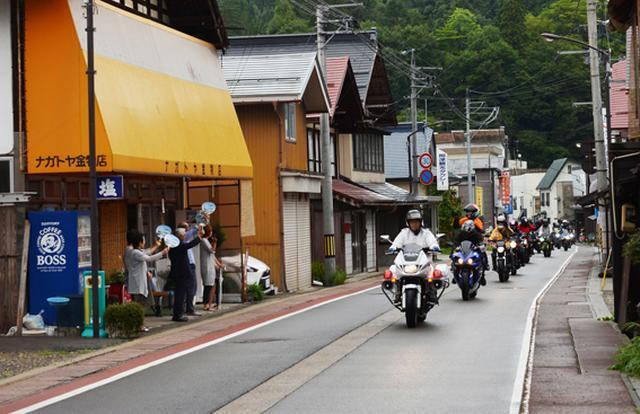 画像: 白バイが先導するツーリングパレードの様子(提供・福島復興支援ツーリング実行委員会)