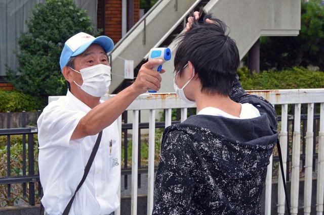 画像: 新型コロナウイルス対策を徹底(写真は検温の様子)