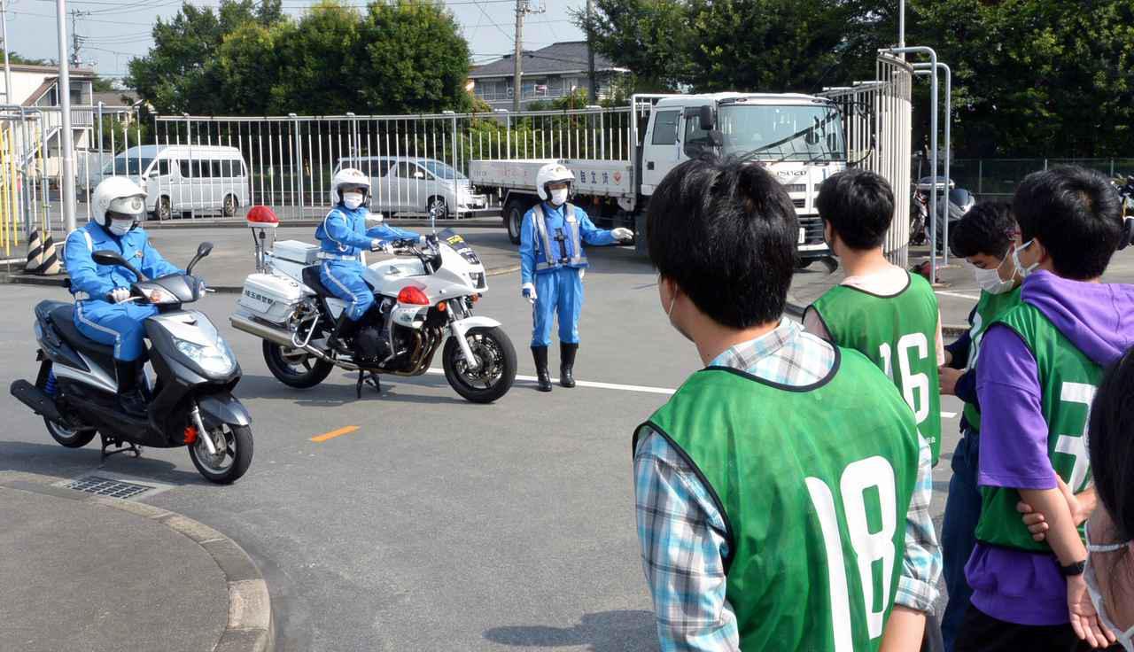 画像: 実技講習は県警白バイ隊員が中心となって進行