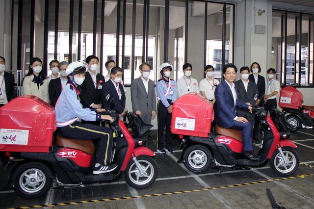 画像: 日本橋郵便局において電動二輪車の導入現場を視察