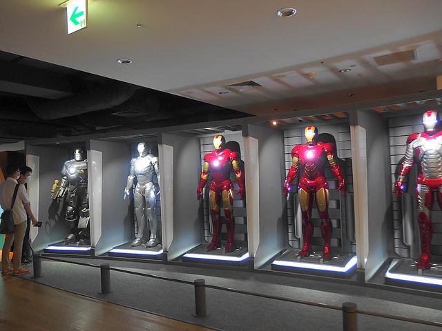 画像: 『アイアンマン』 迫力のアーマー群 歴代パワード・スーツの展示は非常にレアで圧巻の存在感が漂う