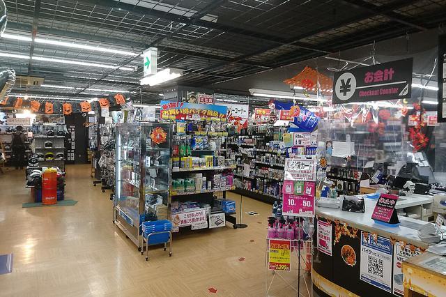 画像: 2階がヘルメットや洋用品など。3階がタイヤやマフラーなどの展示・販売スペースとなっている