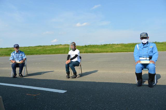 画像: ゲストの岸田彩美さん(中央)と白バイ隊員らによるトークセッション