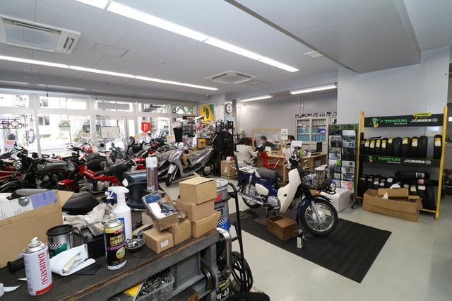 画像: ピットスペースがオープンとなっており来店客が整備や修理の様子を間近に見ることができる