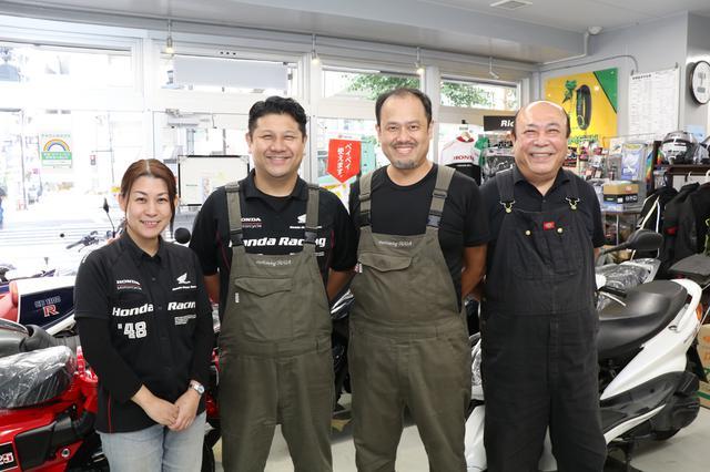画像: 右から「モトウィング須賀」会長の須賀進さん、店長の鐘築義勝さん、社長の須賀譲之助さんと香織さん夫妻