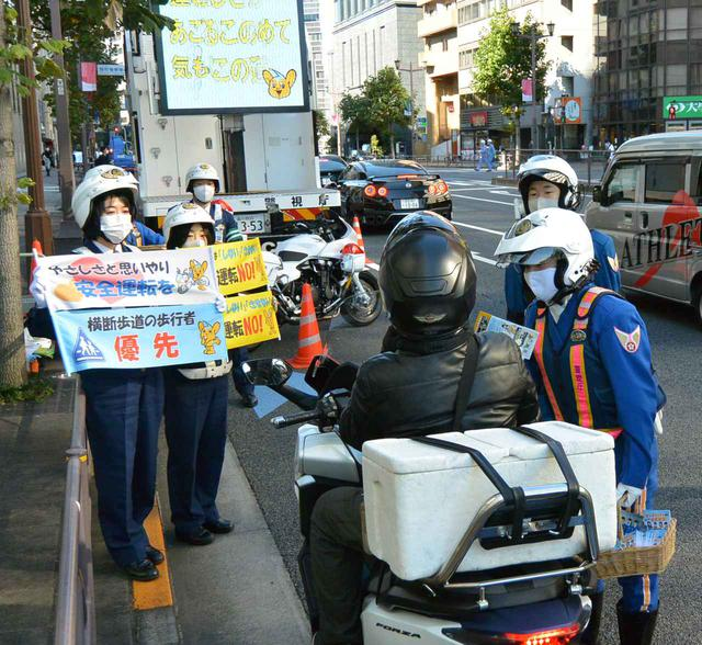 画像: 11月に東京都内3カ所で展開された「二輪車ストップ作戦」(写真は11月10日・千代田区麹町での実施風景)