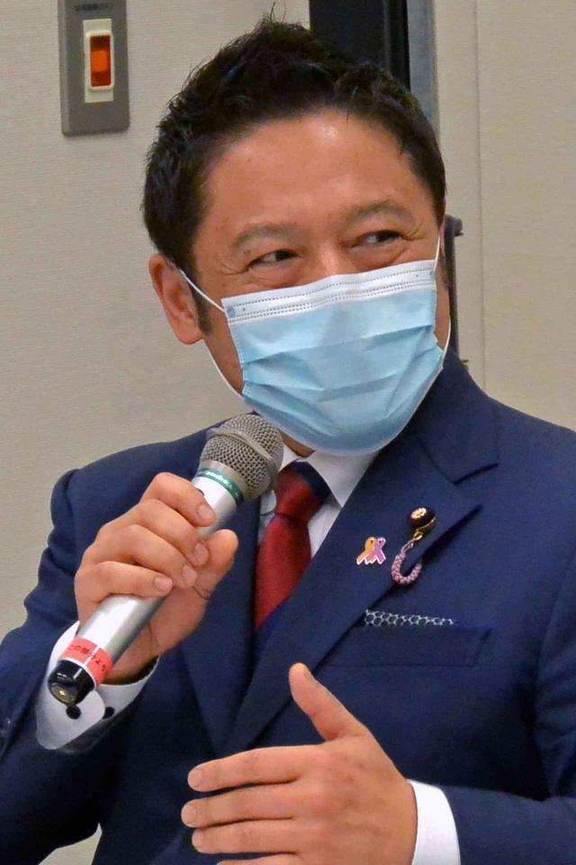 画像: 車いす生活者に再びバイクを体感してほしい旨を述べる横澤高徳議員