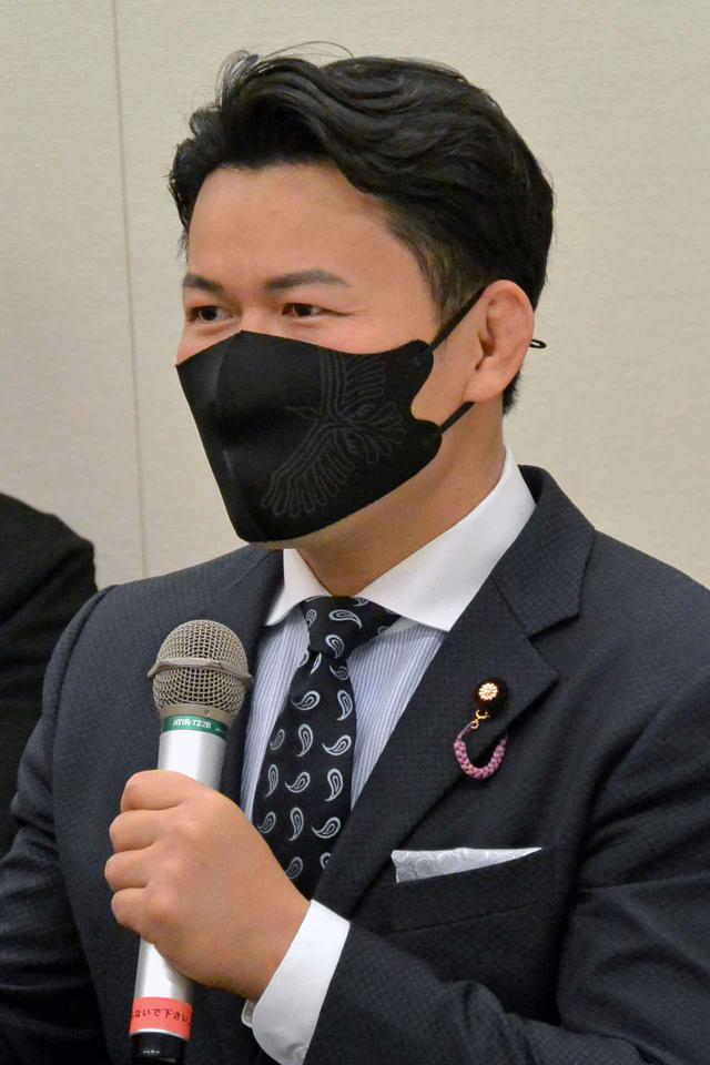 画像: 二輪車駐車場環境の向上の重要性を述べる須藤元気議員