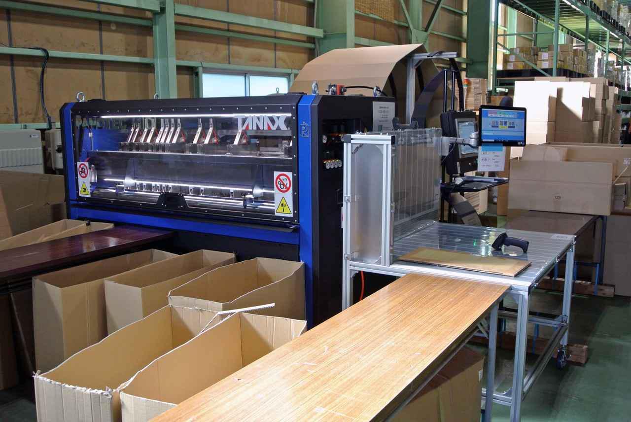 画像: 導入した大型の梱包段ボール箱製作機