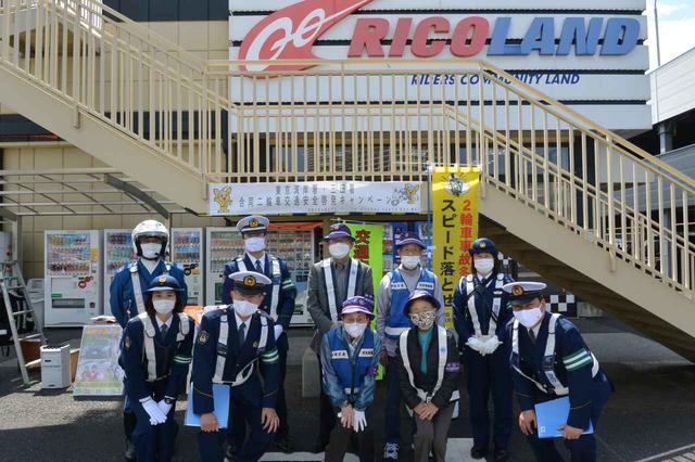 画像: 東京湾岸署・三田署が地域交通安全推進員の協力を得て啓発活動を展開した